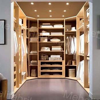 яркая гардеробная комната