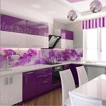 бело-фиолетовая кухня с фотопечатью